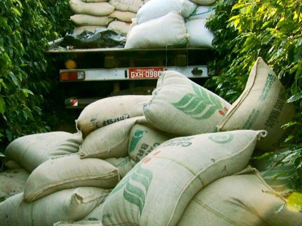 #News  Caminhão carregado com sacas de café é roubado em Serra do Salitre