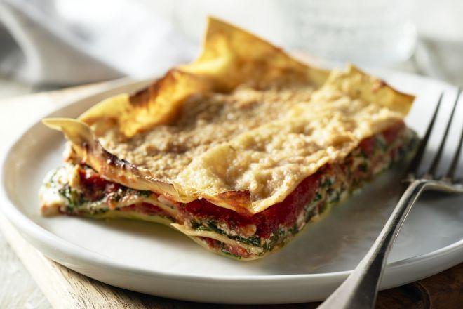 Spinazie en ricotta, een heerlijke combinatie waar je zoveel creatieve bereidingen mee kan maken, zoals bijvoorbeeld in een originele vegetarische lasagne.