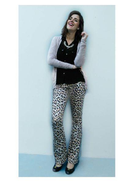 Calça Animal Print, camisa Preta e cardigan bege. Trabalho com estilo :)