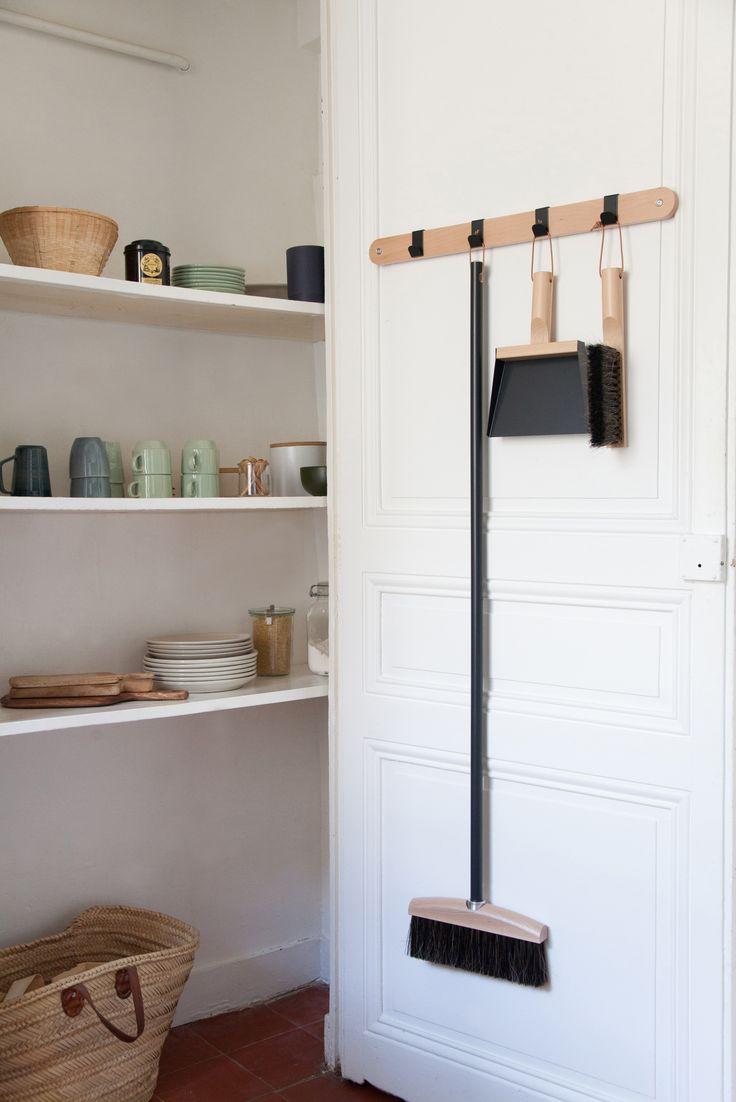 Elegant gelöst. Hakenleiste mit passendem Handfegeset. Ideen für kleine Küchen #kitchenideas #küche #kleineraufwandgrossewirkung #madeinfrance