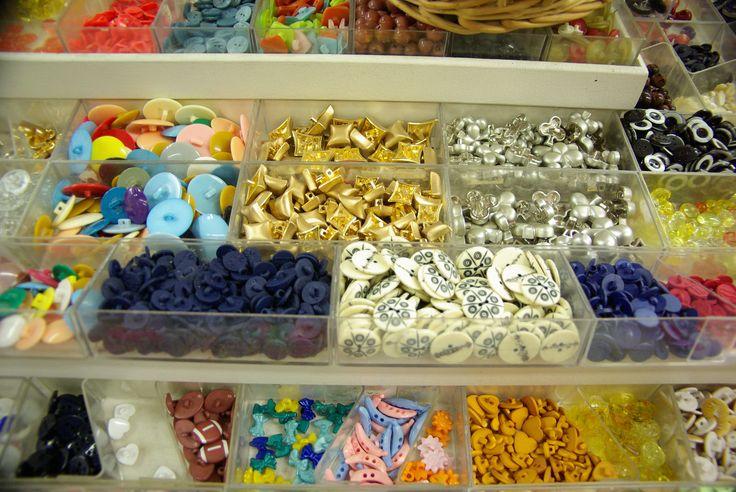 Boutons aux couleurs de l'été. Disponibles au rayon Mercerie de votre magasin Ellen Décoration.
