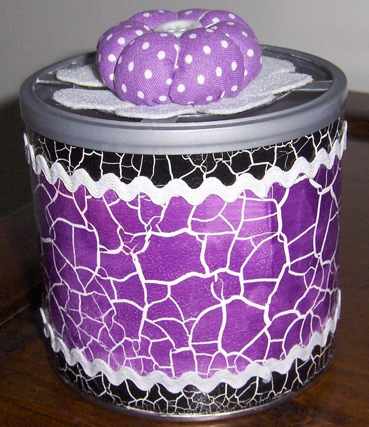 Lata reaproveitada para um novo começo... . Após a decoração da mesma, esta lata destina-se a utilizar pout pourri. Um aroma perfumado para encantar os nossos sentidos..., num qualquer recanto da casa :)