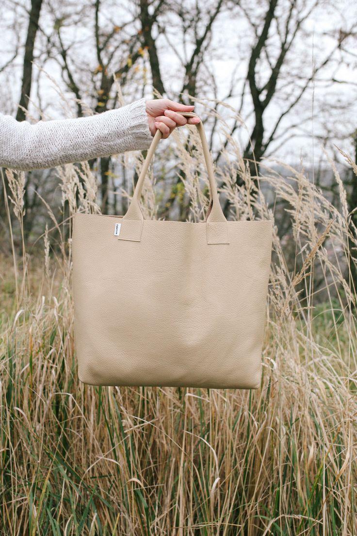 Pointa+no.4+-+kůže+Velká+kabelka+ušitá+ze+silnější+měkké+kůže+ve+světle+béžové+barvě+Taška+má+na+vnitřní+straně+dvě+kapsičky+na+drobnosti+Rozměry+cca+40+(šířka)+x+37+(výška)
