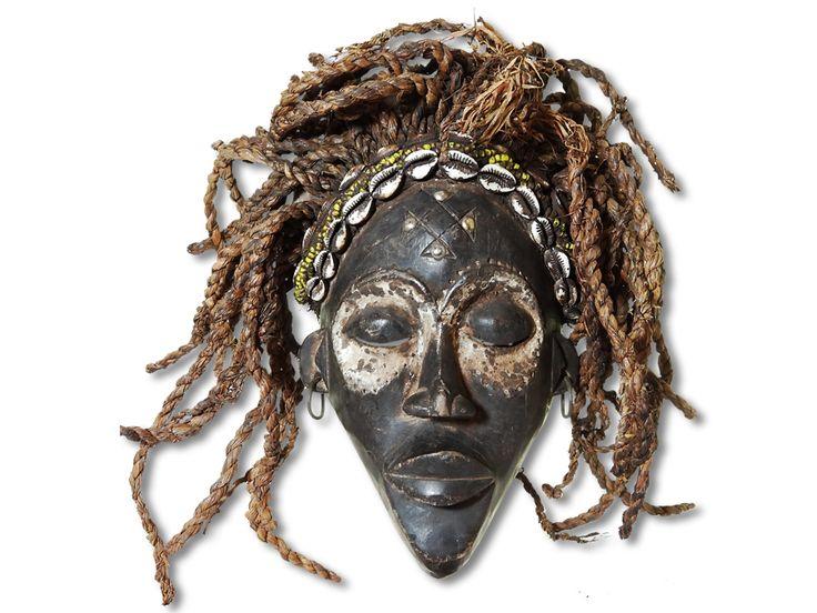 Hier können Sie eine dekorative Chokwe Maske erwerben. Diese Maske vom Stamm der Chokwe wurde in kunstvoller Handarbeit aus Holz geschaffen und mit einem Kopfkorb ausgestattet. Diese traumhafte Chokwe Maske hat eine Höhe von ca. 32cm. Zögern Sie nicht im Entferntesten und kaufen Sie jetzt.
