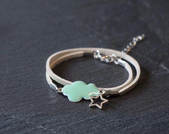 Découvrez Bracelet nuage émaillé vert menthe, étoile argentée et cordon simili cuir blanc sur alittleMarket