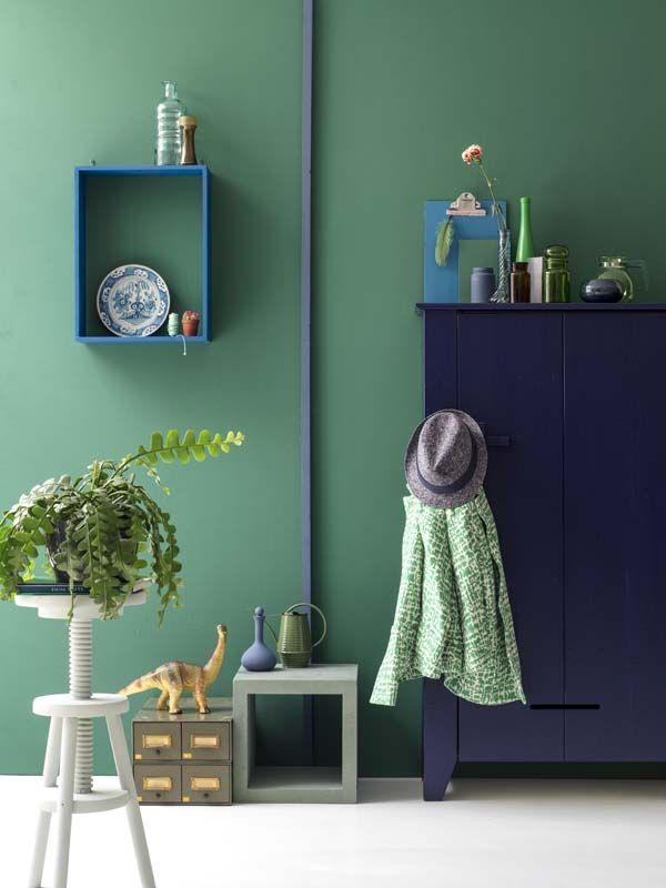 KARWEI | Kies voor de nieuwste kleurentrends in je woonkamer, zoals Flessengroen op de muur. #karwei #verf #inspiratie #kleurenvannu