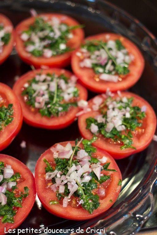 Je n'y pense pas souvent mais ces petites tomates à la provençales accompagnent à merveille les grillades et les viandes cuites au barbecue ou à la plancha. Pour le dimanche midi, après une bonne grasse matinée elles viennent à point sur notre table....
