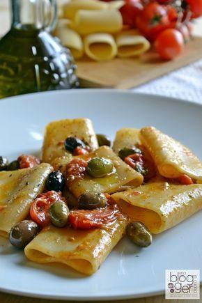 Pâtes minute à la poêle aux tomates cerises, pesto et olives - Paccheri saporiti in padella
