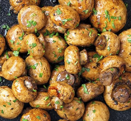 Ciupercile la cuptor cu oregano si busuioc sunt formidabil de gustoase si se prepara imediat. Puteti folosi ciuperci proaspete, dar si ciuperci la borcan (ies la fel de delicioase). Ingrediente Ciuperci la cuptor cu oregano si busuioc: 20 grame unt topit 4 linguri otet balsamic 3 catei de usturoi pisati