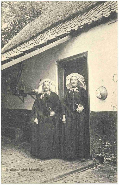 Twee vrouwen in de deuropening voor vertrek naar de kerk - 1890-1910 - #Brabant