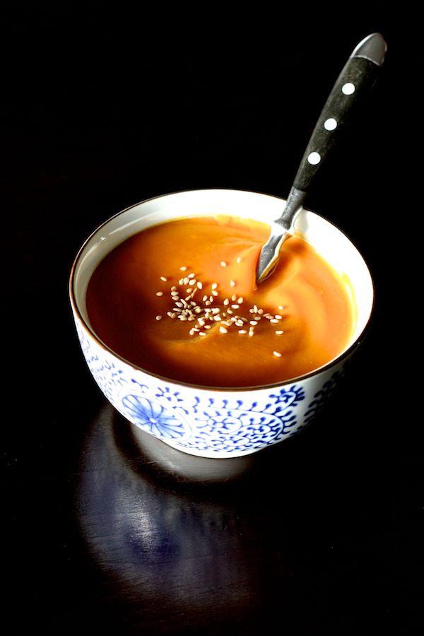 Si vous êtes fan de patate douce, cette recette est pour vous. Je suis tombée sous le charme de cette soupe épaisse et veloutée, subtilement parfumée au curry et à la cannelle, avec la saveur presque sucrée de la patate douce... Tellement bonne que je pourrais en manger tous les jours s&#0