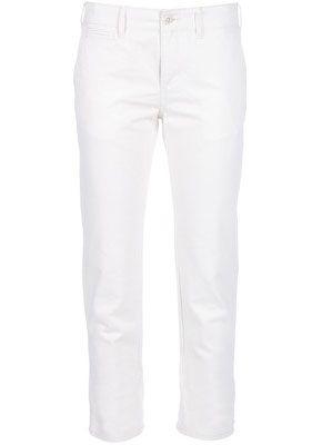 Если Вы выбираете брюки-капри, то они должны быть от середины икры до середины лодыжки.