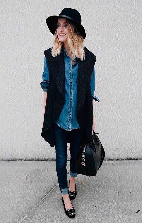 Street style com maxi colete preto, camisa jeans.