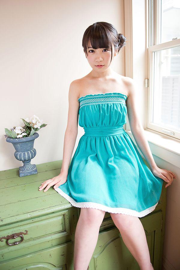 水色のワンピースを着た秋元真夏