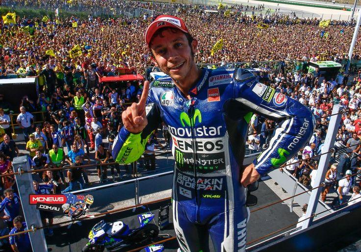 Valentino Rossi akhirnya berhasil menjadi juara di negerinya sendiri usai merebut kemenangan pada seri ke-13 MotoGP di San marino, Minggu (14/9). Ini merupakan kemenangan pertamanya dalam lima tahun di rumahnya. Rossi pun merayakan kemenangan bersejarah ini bersama dengan ribuan penggemarnya yang memenuhi Sikuit Misano.