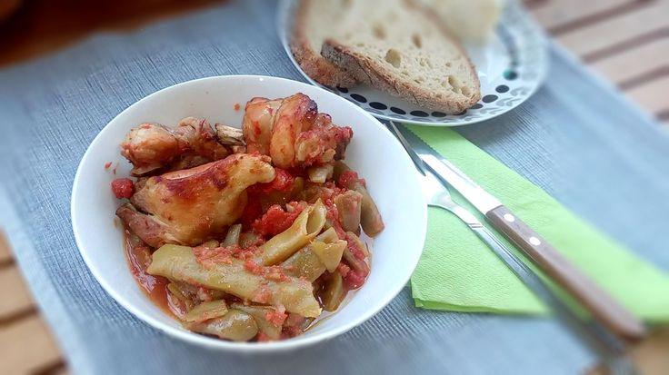 Φασολάκια φρέσκα με κοτόπουλο: Ένας συνδυασμός λαδερού με κοτόπουλο, που έχει γίνει ο αγαπημένος της ελληνικής οικογένειας.