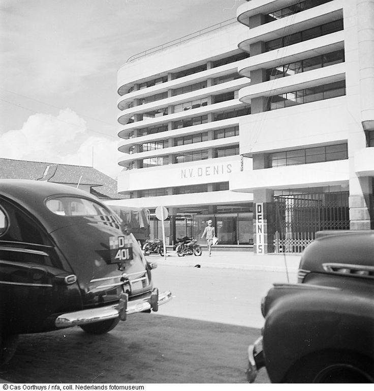 Cas Oorthuys/ Gebouw van De Eerste Nederlands-Indische Spaarkas (DENIS) te Bandung, Indonesië (1947)