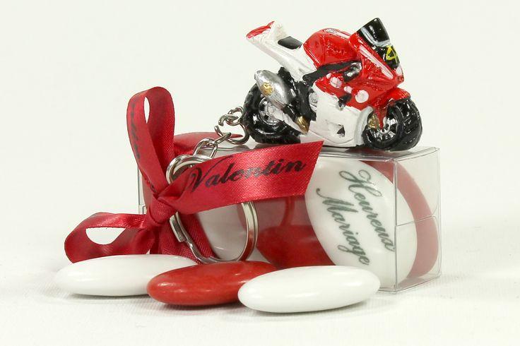 Porte-clé moto sportive rouge et blanche style R1 et son étui à dragées. Article vendu fini, décoré et prêt à être posé sur table.