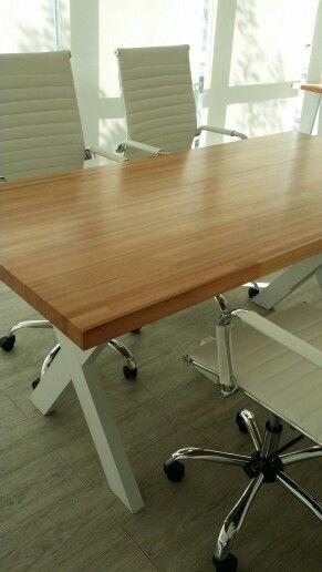 Oficina / Mesa de reuniones + Escritorios / TRIO Diseño en Madera