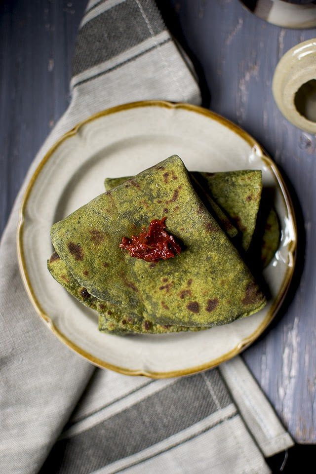 Healthy & nutritious rotis (flatbread) made with avocado and spinach. These rotis turn out super soft and delicious.