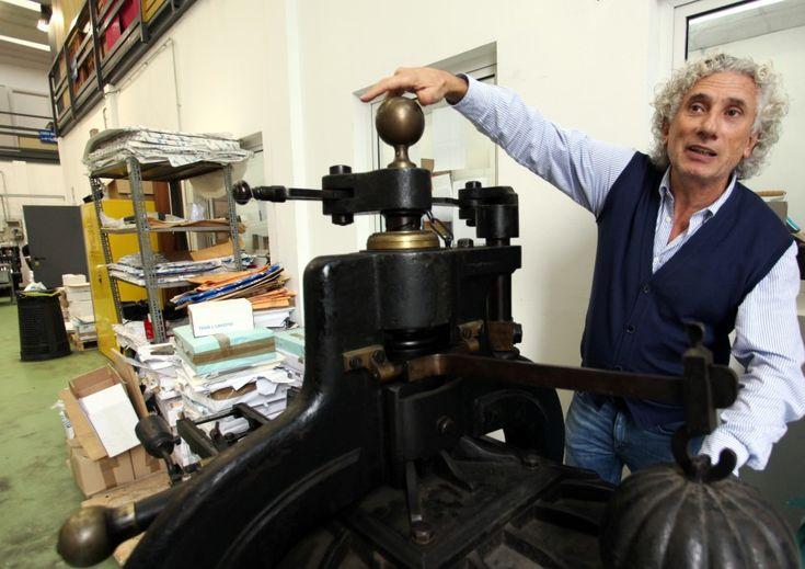 C'è un angolo in via   Trebbia a Milano in cui il tempo si è fermato a Gutenberg. Inaugurata   nel 1949, la tipografia Pesatori è l'ultimo tipografia milanese - e una   delle pochissimi in tutta Italia - ad affidarsi a un'abilità e a una   tecnica artigianale ormai in via