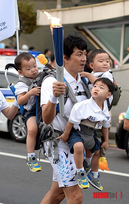 Daehan, Minguk, Manse with Song Il Gook - Torchbearer for 17th Asian Games Incheon 2014