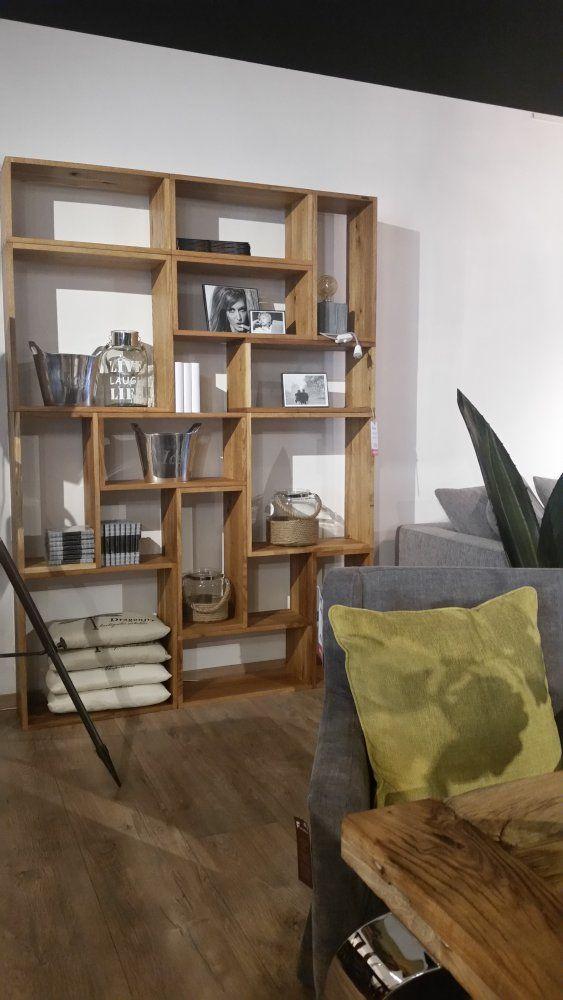 Designerski regał o niestandardowych układzie półek wykonany z drewna. Pomieści zarówno małe ozdoby, jak i większe akcesoria czy tekstylia.