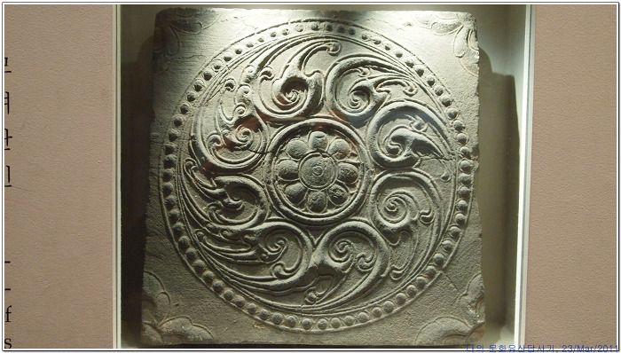 Korean style  삼국시대 건축을 대표하는 유물이자 회화의 경향을 잘 보여주고 있는 부여 외리 절터에서 출토된 여덟 종류의 무늬벽돌이다. 보물 343호로 지정된 이 네모모양의 벽돌은 크기가 일정하고, 네 귀의 측면에 홈이 파여 있어서 서로 연결하여 고정시킬 수 있다. 벽돌에 새겨진 무늬들은 회화성이매우 뛰어나 당시의 예술과 건축, 종교와 사상적인 측면까지 살펴 볼 수 있다. 산수문전.산수봉황문전,연대귀문전.반용문전.와운문전.연..