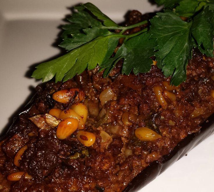 Een van de Toppers uit het kookboek Jeruzalem van Ottolenghi is de aubergine met Lamsgehakt en pijnboompitten. Zo vol van smaak, kruidig gecombineerd met pit en het zachte van de Aubergine.