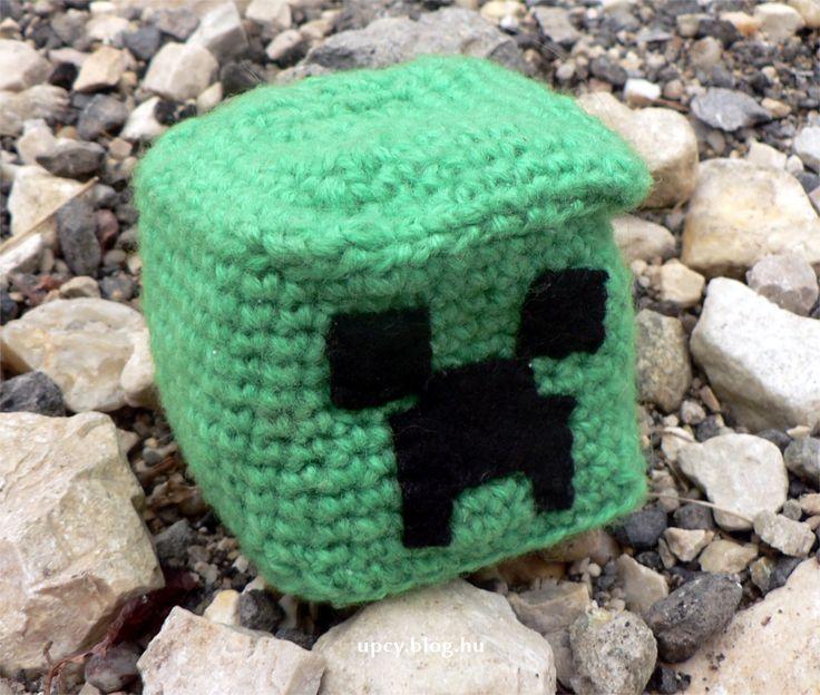 "Crochet Mindecraft footbag. Horgolt Creeper ""rongylabda"".  minecraft_crochet04.JPG"