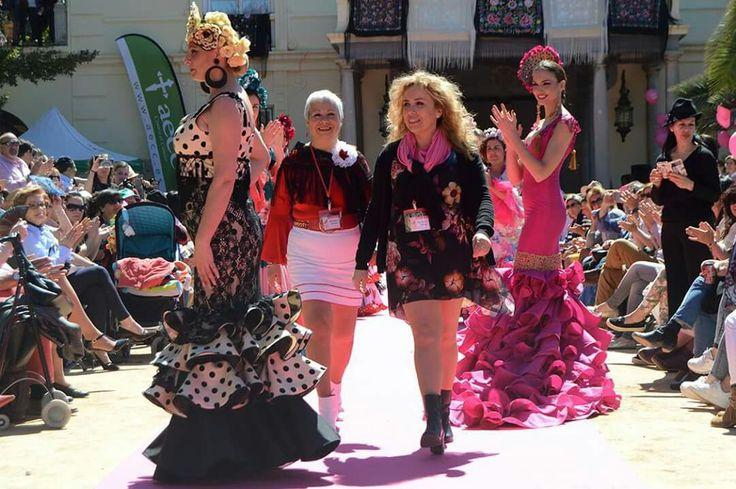 Desfile a benéfico para la asociación contra el cáncer de mama de Granada. Colección Alegría por vivir de Auri Campillo, complementos de flores y tocados de Rosa Corona