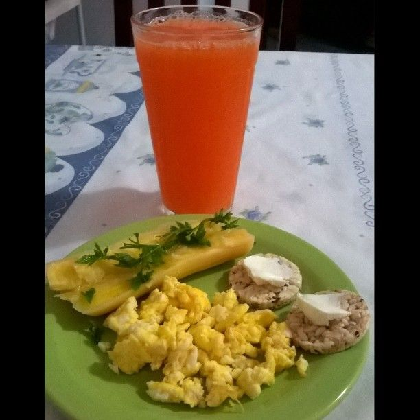 Booom dia! Hj td cinza em sp, mas quem faz o seu dia ficar colorido é vc mesmo! Hj vou de suco de cenoura! Mandioca cozida, ovos e biscoito de arroz integral �� esta parecendo meu almoço logo cedo...kkkkkk #fartura estou pronta p as tarefas! �� #health #instafit #instafood #healthfood #food #pic #picfoods #gourmet #comidadeverdade #emforma #saudável #dicas #receitasfit #gym #Freestyle #lifestyle #natural #dieta #desafio90dias #desafio #foco #meta #vendoresultados ��…