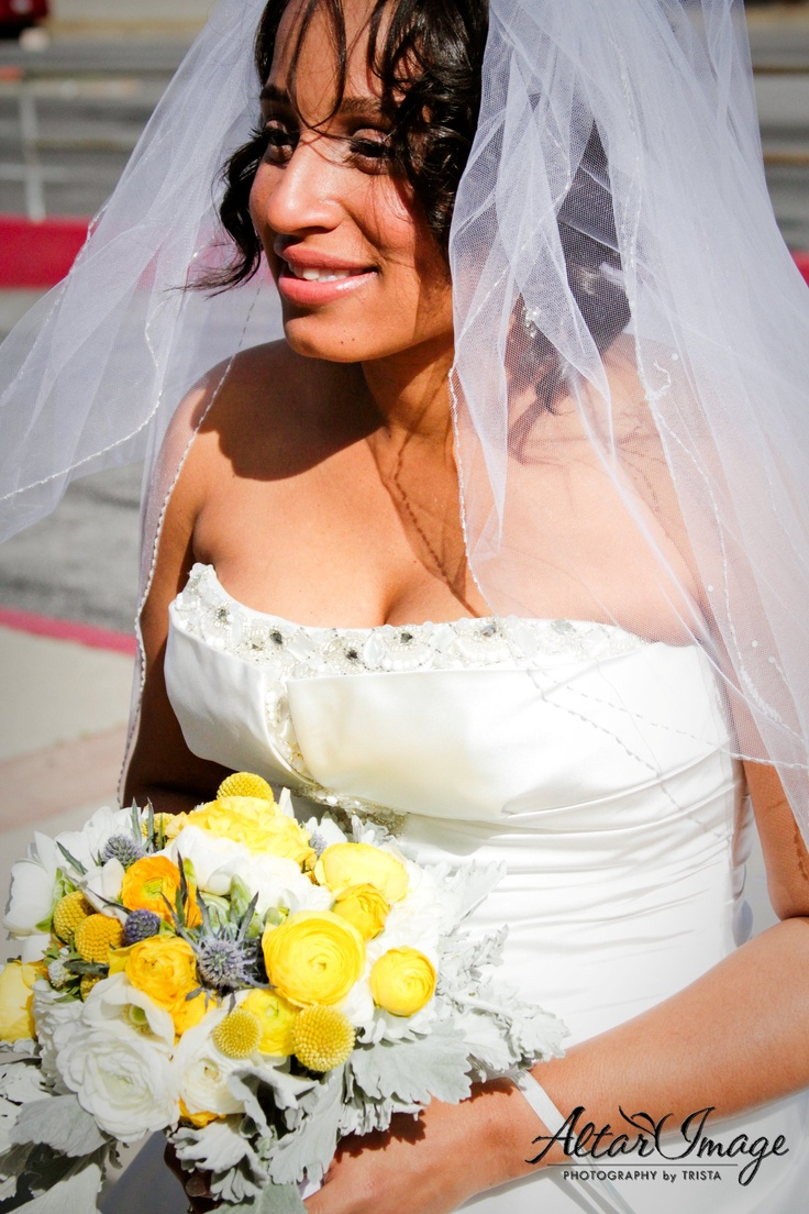 beautiful bride with yellow and white ranuculus bouquet.