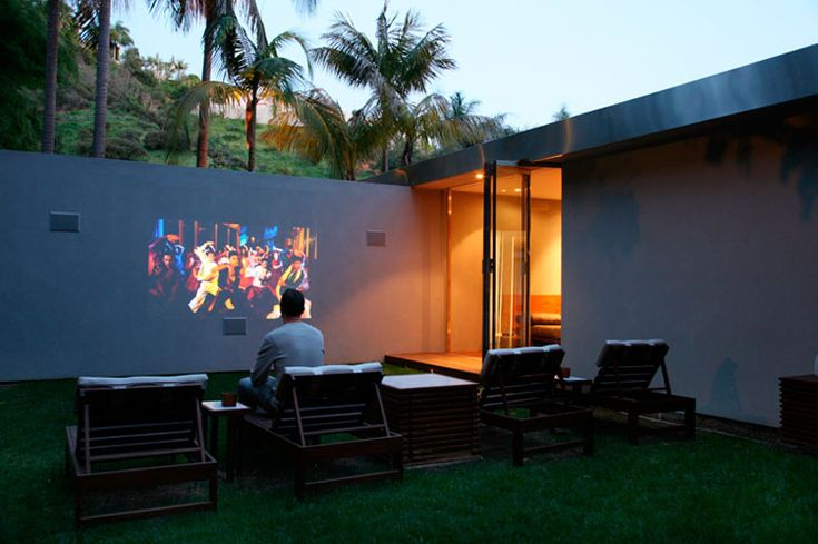 It would be perfect to have a wall like this to have people over to have drinks and watch movies.
