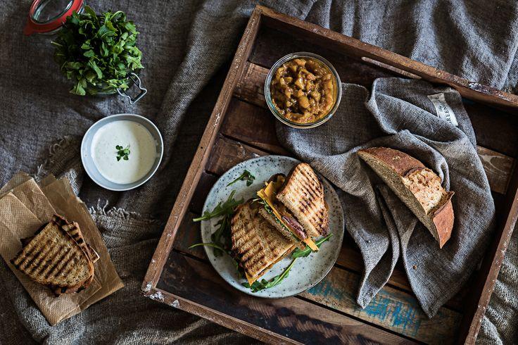 Roastbeef Sandwich mit Mango-Aprikosen-Chutney und Blue Cheese Cream.