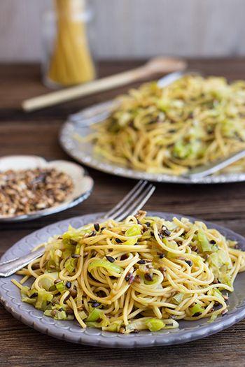 Spaghetti-Salat mit Lauch und Sonnenblumenkernen
