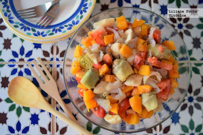 Ensalada de calabaza, tomate, alcachofas y tomate con bacalao ahumado. Receta saludable