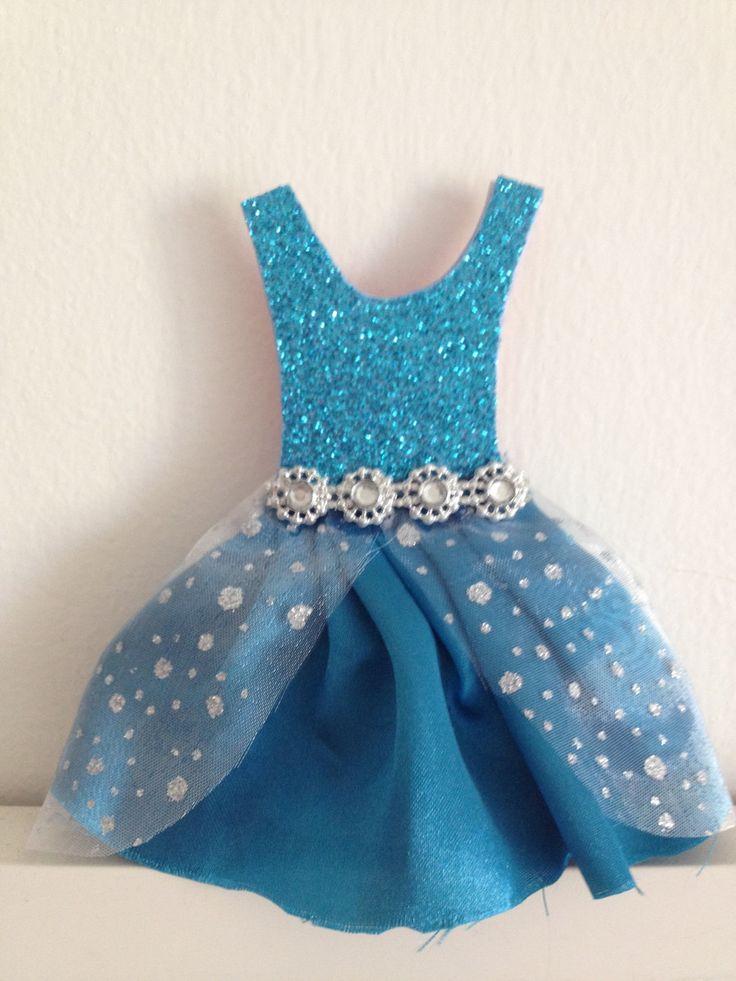 Convite Vestido Elza - Frozen, feito com cetim azul. <br>Os detalhes da festa ficam em baixo da saia do vestido. <br>Um lindo e criativo convite pra arrasar na festa de sua filha.