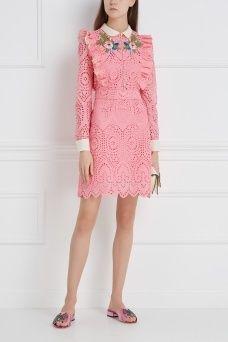 Хлопковое платье Gucci. Яркое платье из вышитого хлопка в ретро-стиле украшено воланами и цветочными мотивами на полочке. Эта модель из коллекции культового бренда Gucci отвечает духу марки и задает тон всему образу. Сочетаем такое платье с близкими по стилю туфлями на высоком устойчивом каблуке.
