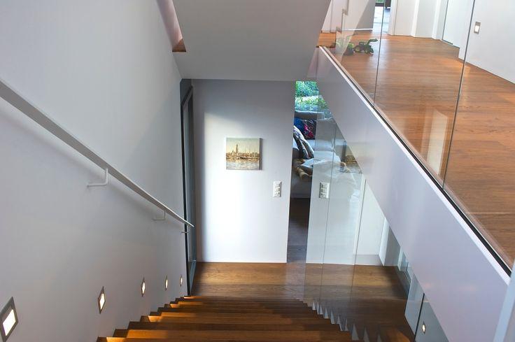 treppenhaus in villa mit glas gel nder claudas. Black Bedroom Furniture Sets. Home Design Ideas