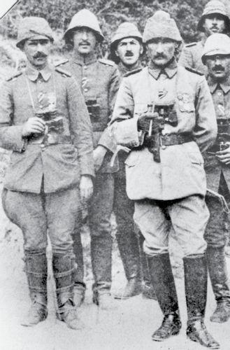 Anafartalar Grup Komutanı Albay Mustafa Kemal ve karargah subayları