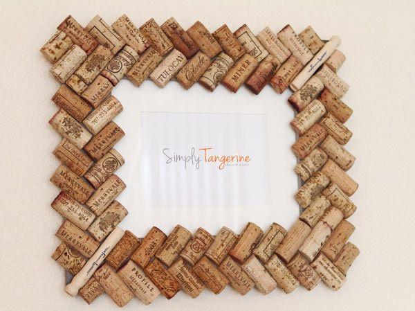 Marco de fotos hecho con corchos de tapones  | Más marcos caseros ►http://trucosyastucias.com/decorar-reciclando/marcos-de-fotos-caseros #DIY #manualidades