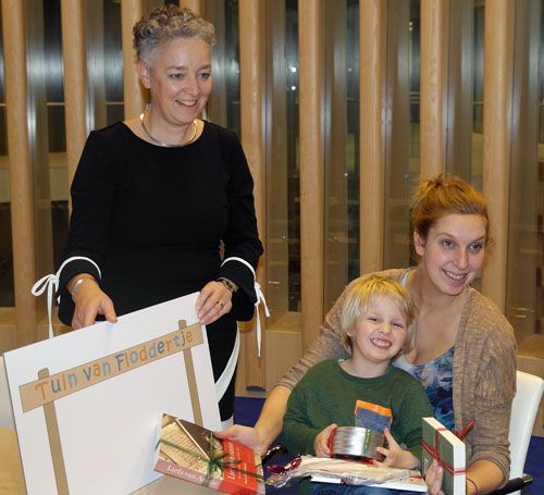 De Tuin van Floddertje, winnaar namenprijsvraag Sophia Brouwer uit Bergschenhoek met Wethouder Ankie van Tatenhove