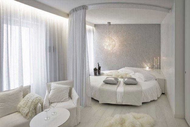 Tinte del bianco per la camera - Letto rotondo per arredare una camera da letto romantica.