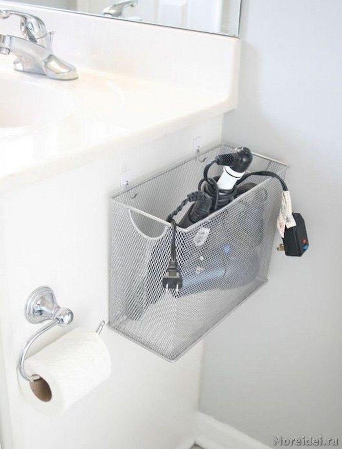 Канцелярский ящик для файлов, прикрепленный к тумбе в ванной комнате, превращается в замечательное место хранения фена.