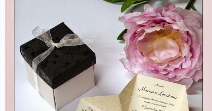 Original y sorprendente invitación de boda en forma de caja desplegable, con los trajes de los novios en el centro y decorada con motivos vegetales barnizados en relieve