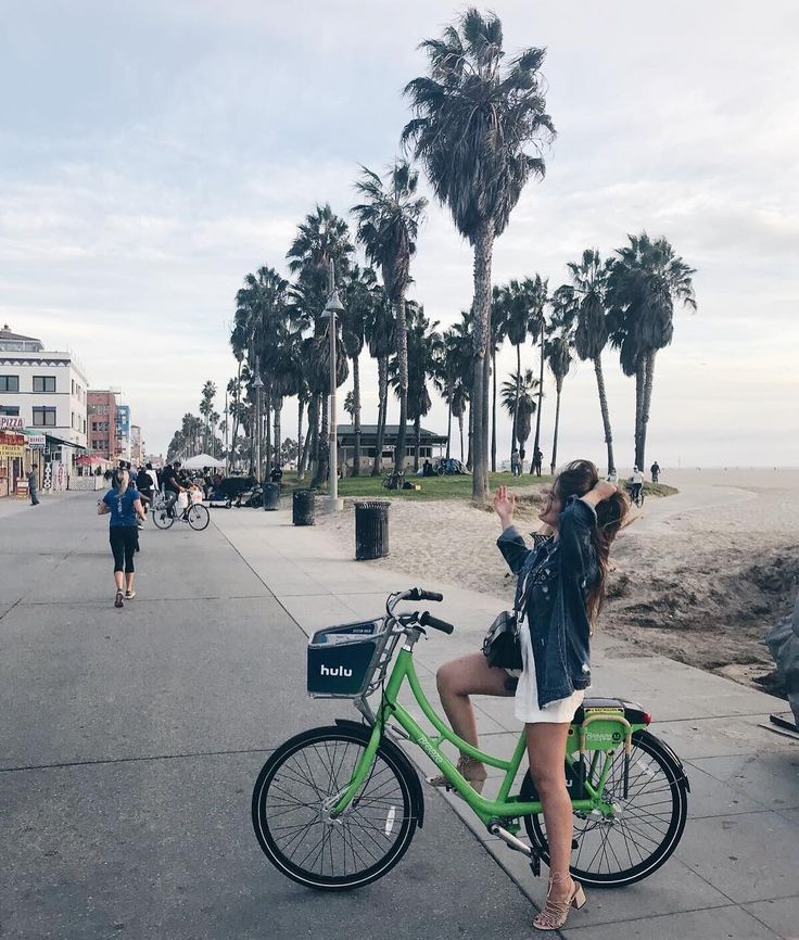 Ir en bici desde Santa Mónica hasta Venice beach...  (Ayer volvimos a ver el atardecer desde la playa y creedme que fue una de los mejores momentos de este viaje...)  . Cycling from Santa Monica to Venice Beach...  (Yesterday we watched the sunset again from the beach and believe me if I'm telling you it was one of the best and more magical moments from this trip... )  . #MissGSánchezinSantaMónica #SantaMónica #MissHolidays
