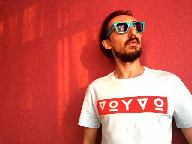 Sevgili dostum Tamer ile alternatif müzik grubu VOYVO'nun tişörtlerini tamamladık. Güzel günlerde kullanmaları dileğiyle...  #tshirt #voyvo #design #music #alternativerock