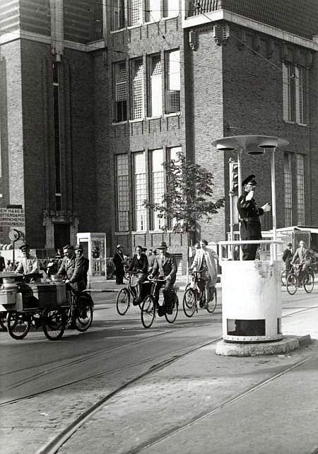 Hoek Neude - Potterstraat, Jaren 30: Een agent regelt het verkeer
