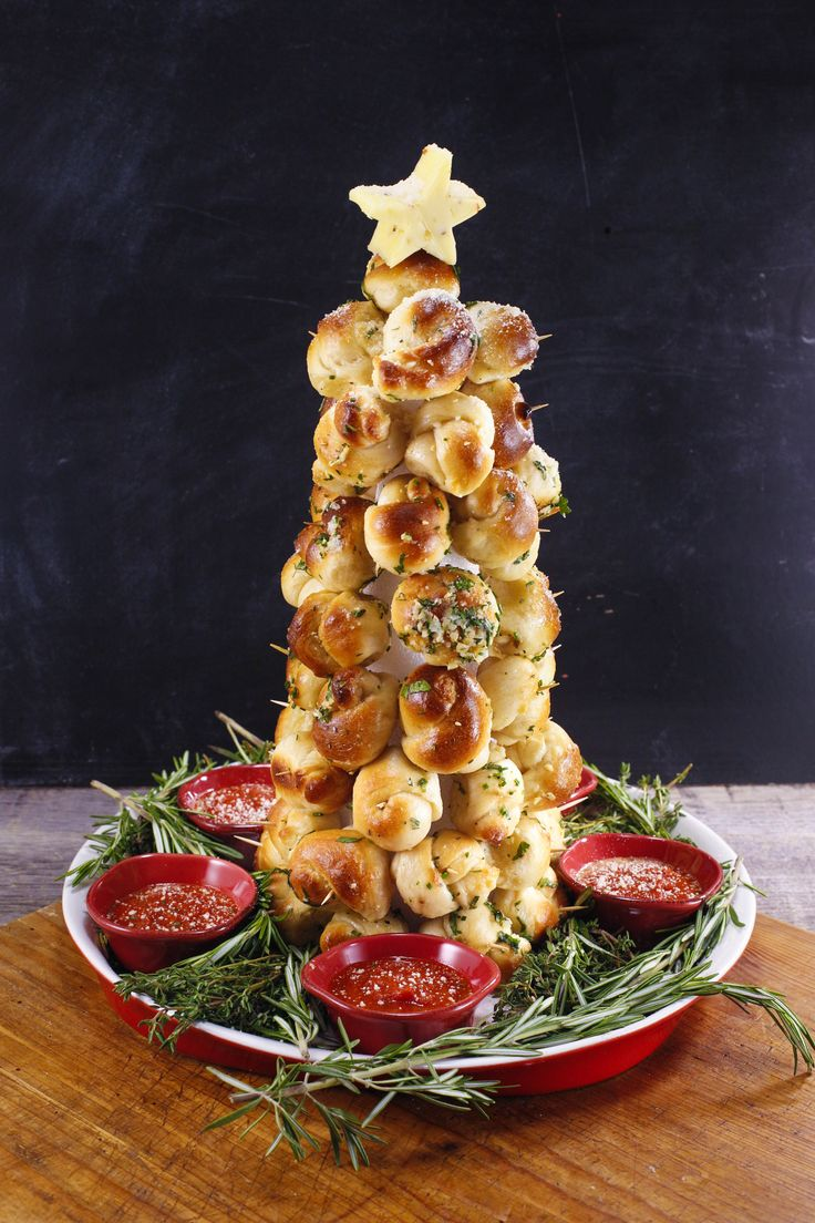 Christmas eve casual buffet ideas - This Garlic Knot Tree Is The Most Festive Appetizer We Ve Seen Yet Check Christmas Sidechristmas Buffetchristmas